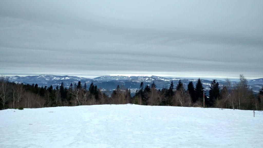 Zlewająca się z chmurami Babia Góra obserwowana ze szczytu Leskowca