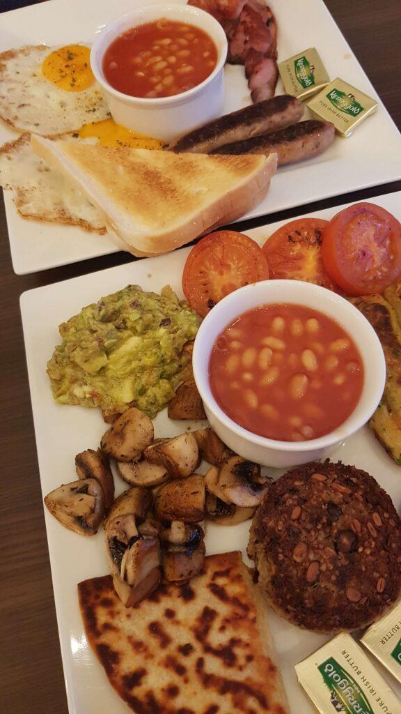 Szkockie śniadanie - tradycyjne i wegańskie